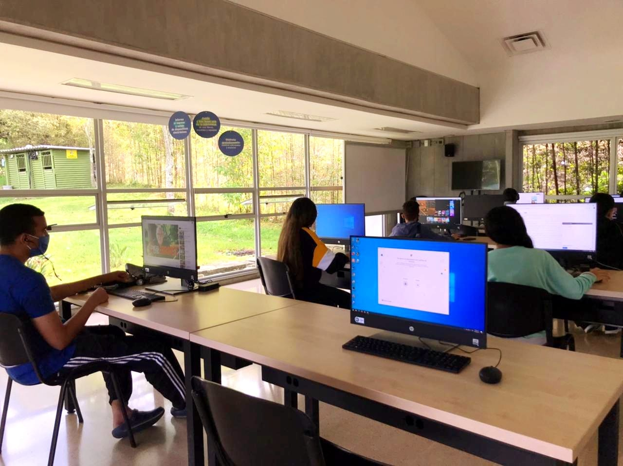 Cada salacuenta con diez computadores en los que podrás estudiar, trabajar o pasar tu tiempo libre conservando todas las medidas de bioseguridad. Para acceder a ellos solo necesitas traer tu documento de identidad y regístrate con nosotros directamente en alguna de las dos salas.
